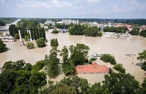 Az áradó Duna által elöntött terület Győrben - MTI Fotó: Krizsán Csaba
