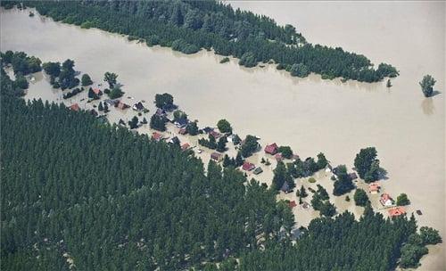 A Duna által elöntött terület a Komárom-Esztergom megyei Véneknél - MTI Fotó: Ujvári Sándor