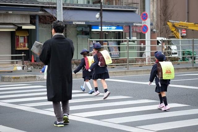 japan-gyerekek-iskolaba-mennek