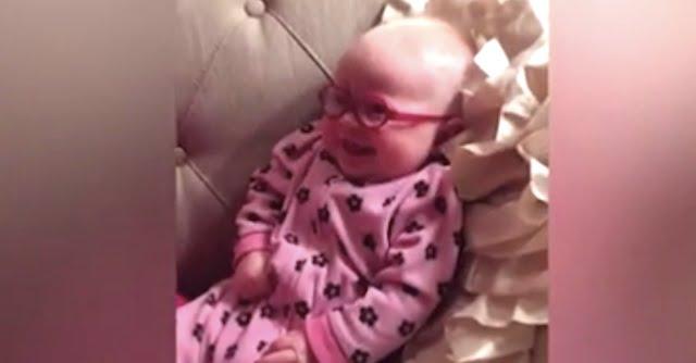 Ez a kisbaba most kap először szemüveget. Zabálnivaló a reakciója!