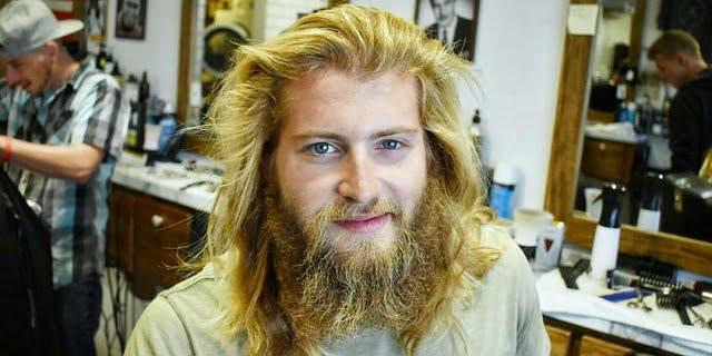 Úgy döntött a férfi, hogy levágatja hosszú haját és szakállát. Percekig fogsz gyönyörködni a végeredményben!