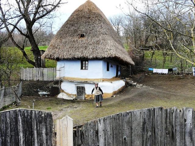 Mese és valóság találkozik Julika néni 200 éves erdélyi házában
