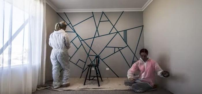 Ragasztószalaggal vonta be a falat a két barátnő. A festés végeredménye neked is meghozza a kedved a felújításra