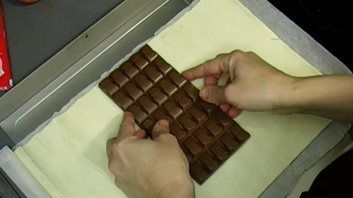 Fogott egy tábla csokit, és belecsavarta a tésztába. Amikor kivette a sütőből, a legfinomabb desszertet tálalta fel!