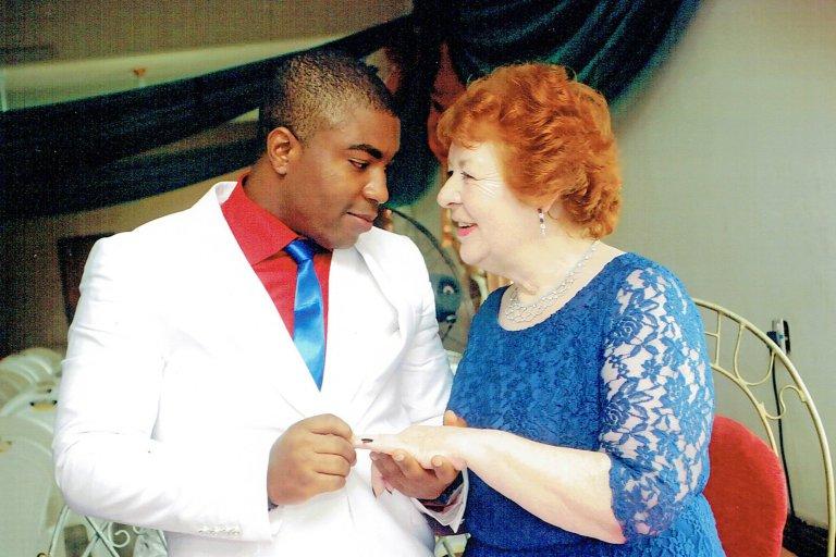 45 évvel fiatalabb férfihoz ment hozzá a 72 éves szerelmes nagymama