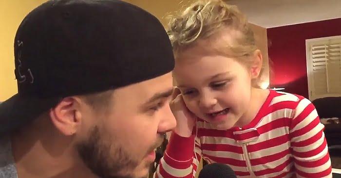 Az apa egy közismert dalt dúdol, de amikor az 5 éves kislánya csatlakozik hozzá...