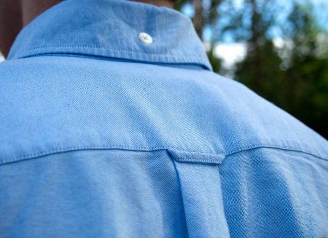 Ezért van egy apró hurok a legtöbb férfi ing hátán
