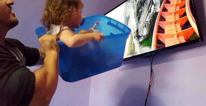 Amíg az anya nincs otthon, az apa vigyáz a kislányra. Imádja őket a net!