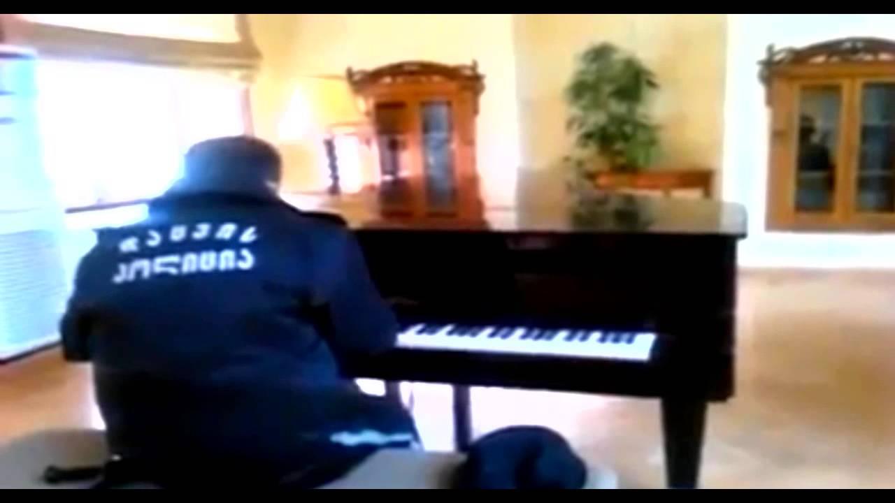 Amikor meghallotta a biztonsági őr zongorajátékát, egyből tudta, hogy meg kell örökítenie a pillanatot