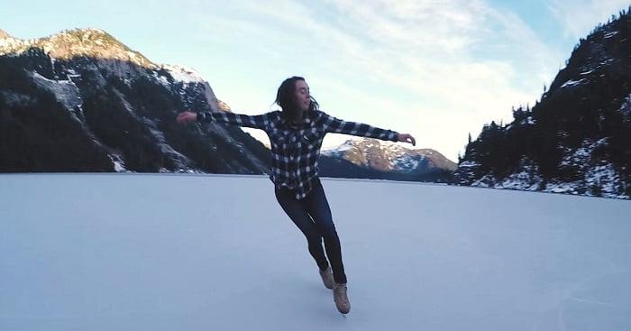 A lány egy befagyott hegyi tavon korcsolyázik. A légifelvételek egy mesevilágot rögzítettek!