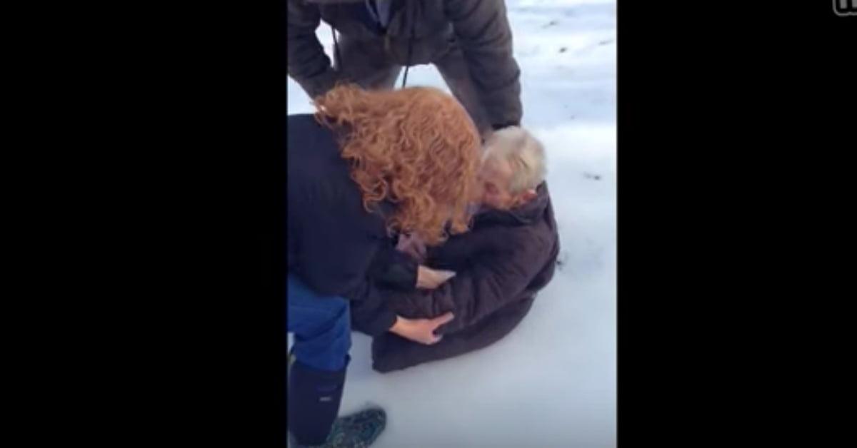 A 85 éves nagyi arra kérte a családját, ültesse őt a hóba. Figyeld, mit mit csinál később!