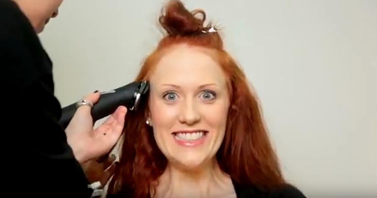 Ez a nő úgy döntött, rövidre vágatja gyönyörű haját. Amikor kisétál a fodrásztól, alig ismersz rá!
