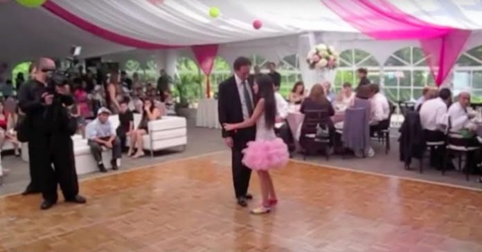 Kézen fogta az apját, és felkísérte őt a táncparkettre. Figyeld csak, mi történik pár perccel később!