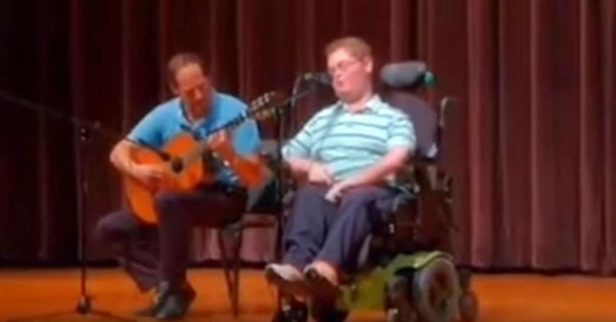 Amikor a fogyatékos gyerek csatlakozik az apjához, énekétől megdermed a közönség!