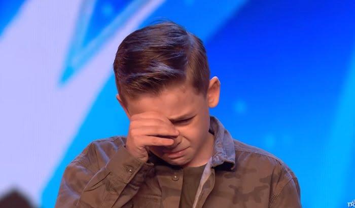 10 éves autista kisfiú aratott hatalmas sikert, elsírta magát, amikor vastapssal jutalmazták