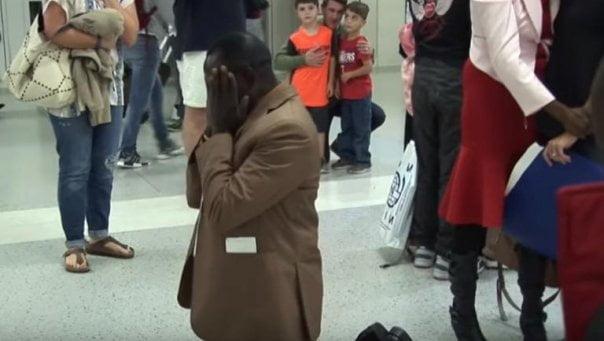 Térdre borult a férfi a repülőtéren, sokan megkönnyezték, amikor kiderült mi történt vele