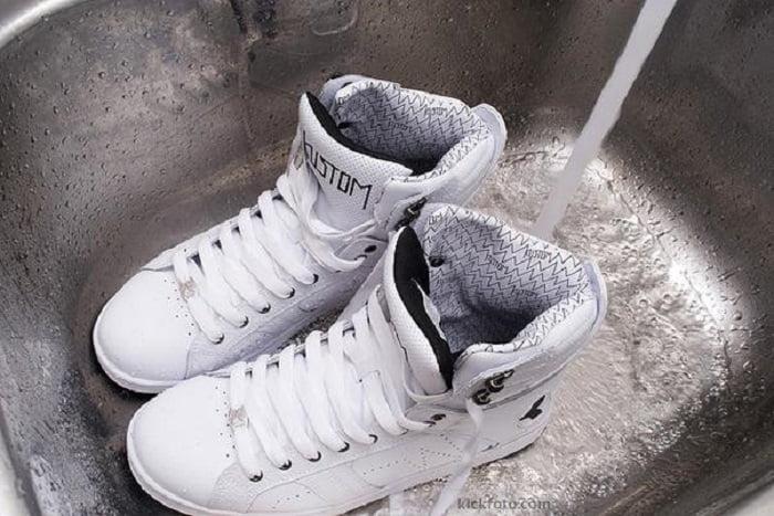Így tisztítsd meg a fehér lábbeliket - ha használod a módszert olyanok lesznek, mint újkorukban
