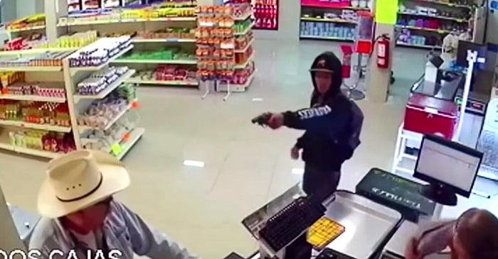Váratlan reakcióval válaszol a cowboy-kalapos férfi, amikor fegyvert fognak rá!