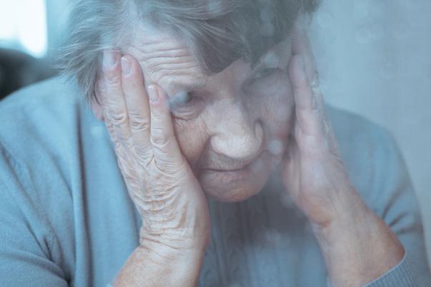 Fogta a 90 éves anyósát és kirakta a szemétbe
