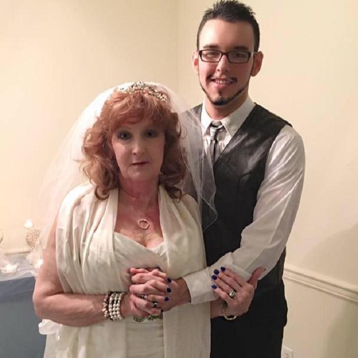 Fia temetésén találkoztak először, szerelem volt első látásra - A nő 72, a srác 19 éves