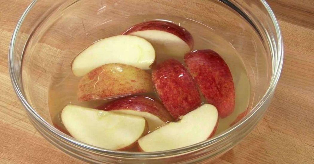 Így akadályozhatod meg, hogy az almaszeletek bebarnuljanak!