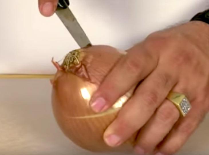 A híres séf szerint így kell megpucolni a hagymát, hogy elkerüld a sírást