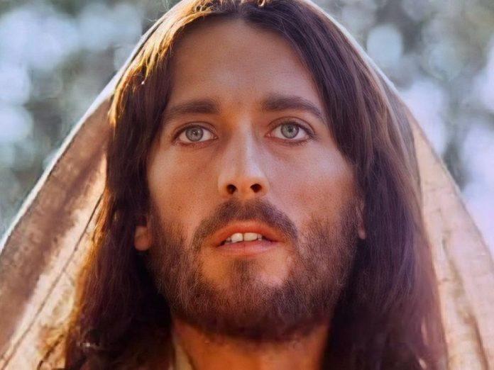 Így néz ki ma a 76 éves Robert Powell, a Jézus Krisztust mesterien alakító színész
