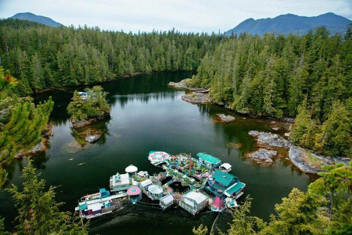 Ez a pár 29 éve él egy vízen úszó otthonban, amit ők maguk építettek