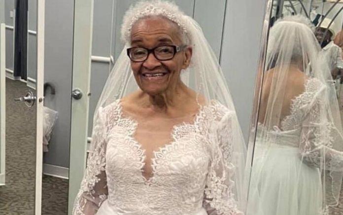 A 94 éves nagymama életében először vett fel menyasszonyi ruhát!
